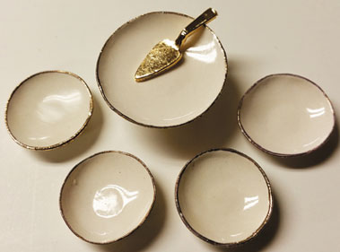 Cake Plate with 4 Desert Plates, White/Gold